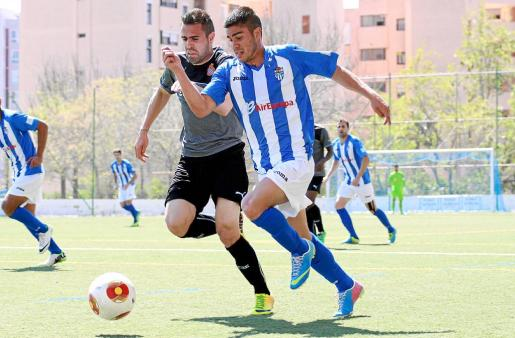 El autor del primer tanto del Atlètic Balears, Thiago, conduce el balón perseguido por un jugador del Espanyol B, ayer, en Magaluf.