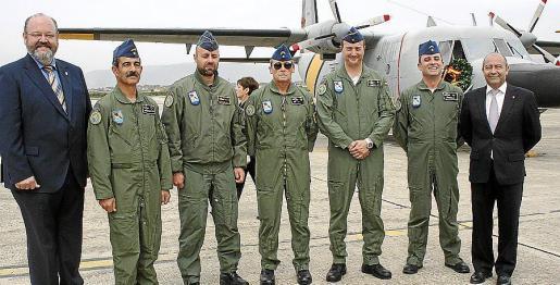 Guillermo Navarro y Antonio Gómez con los pilotos del SAR Miguel Hernández, Jesús Castaño, José Luis Cid, el comandante José Tamame y Antonio Madri.