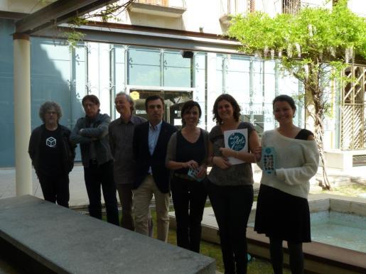 Antoni Vera, en el centro, y Carles Molinet, segundo por la izquierda, durante la presentación del evento esta mañana junto a representantes del IEB, de la Associació d'Empreses de Balears d'Arts Escèniques i de l'agencia Aportada.