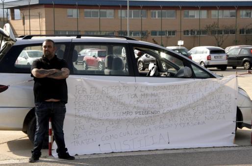 El Ico, esta tarde ante el centro penitenciario de Palma junto a la pancarta que ha desplegado.