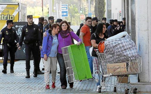 Habitantes de La Utopía, en el momento de ser desalojados por la policía.