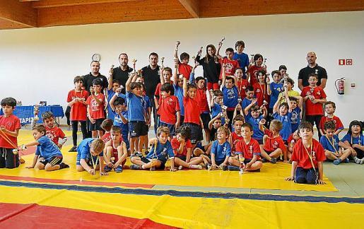 Imagen de los escolares con sus trofeos de lucha.