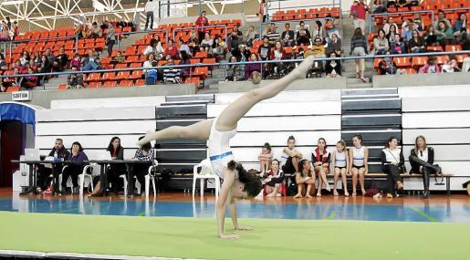 Una participante ejecuta su ejercicio durante la final insular de gimnasia artística.