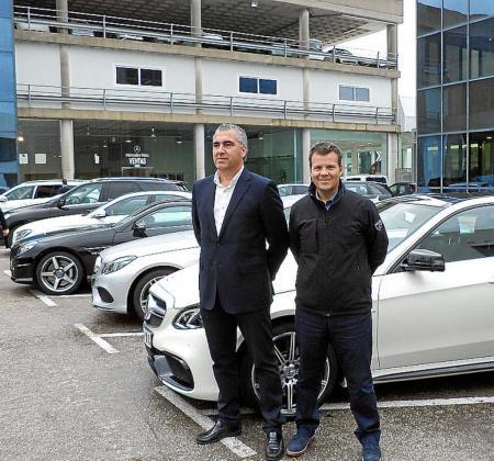 Pedro Llabrés, jefe de ventas, y Andreu Vidal, gerente de Auto Vidal, junto a la caravana de modelos.