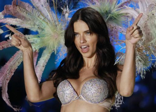 Adriana Lima, desfilando para Victoria's Secret.