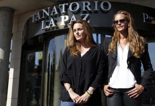 Carmen Morales (i) junto a su hermana, Shaila atienden a la prensa en el tanatorio de la Paz de Tres Cantos (Madrid), donde se encuentra la capilla ardiente de su padre, el cantante Antonio Morales, Junior.