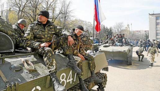 Tanques con la bandera rusa se hallaban ayer en el centro de la ciudad ucraniana de Sláviansk.