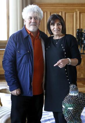 La alcaldesa de París, Anne Hidalgo (dcha), mantiene un encuentro con el director de cine español Pedro Almodóvar.