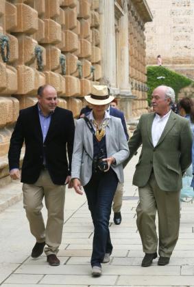 Fotografía facilitada por el Patronato de la Alhambra de la Infanta Elena, durante la visita que ha realizado a los Palacios Nazaríes de la Alhambra, en Granada.