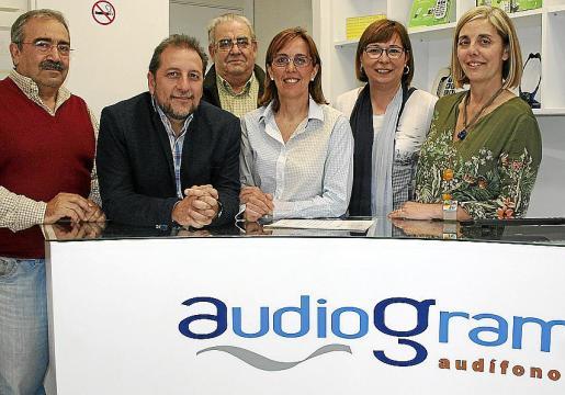 Josep Salvá, Lorenzo Ramis, Bartomeu Calafell, Margarita Ramis, Antonia Monar y Fina Calafell en el cóctel de presentación del nuevo local.