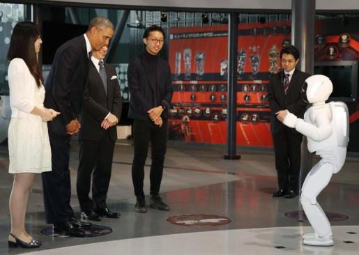 Barack Obama, con Asimo.