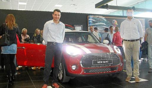 Josep Maria Pastor, gerente del concesionario isleño BMW-Mini, junto al nuevo modelo.