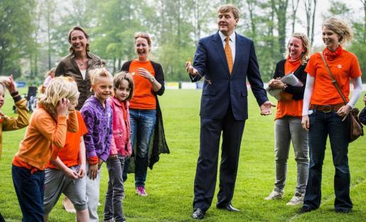 El rey Guillermo-Alejandro de Holanda (centro) asiste a la inauguración de 'Los Juegos del Rey' de tres colegios de primaria en Ens (Holanda).