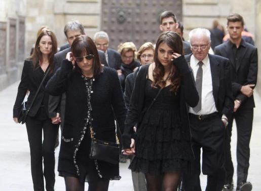 """La mujer de Francesc """"Tito"""" Vilanova, Montserrat, acompañada de sus hijos a su llegada esta tarde a la catedral de Barcelona."""