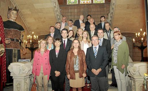 Los representantes de las instituciones y asociaciones que forman parte de la comisión insular Any Arxiduc Lluís Salvador posaron ayer en el Palau Reial instantes antes de la primera reunión.