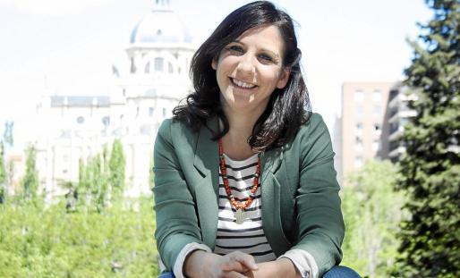 Malena Alterio, con la catedral de La Almudena al fondo, posó en Madrid durante la entrevista con este diario.
