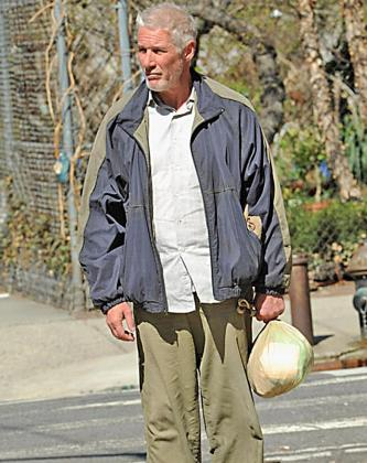 Richard Gere, caracterizado como un mendigo en el rodaje de su nueva película.