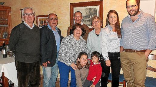 Pep Lluís Picó, Alberto del Olmo, Consuelo y Guillem Picó, María Simó, Paula del Olmo y Toni Nadal. Agachados: Carol Simó y Martí Picó.
