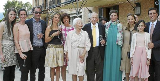 Olivia y Fiona Windisch, Clemence Schillinger, Elizabeth, Silvia, Elfi y Josef Egger, Cati y Victoria Egger, Anouk Ècherin y Andreas Egger, miembros de la familia reunidos en Mallorca con motivo del 60 aniversario de boda.