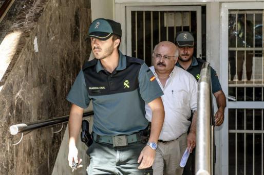 Josep Juan Cardona escoltado por agentes de la Guardia Civil, en una imagen de archivo.