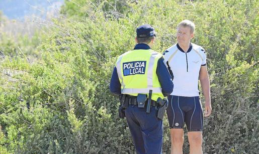 Momento en el que la Policía Local caza a un ciclista que estaba orinando y le multa con 90 euros.