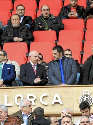 Llorenç Serra Ferrer, junto a Tolo Martorell, en el palco del estadio de Son Moix.