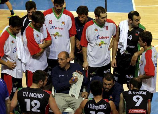 Los jugadores del Palma Air Europa escuchan a su entrenador, Ángel Cepeda, durante un partido en Son Moix.