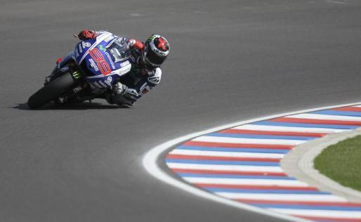 El piloto español Jorge Lorenzo, del equipo Yamaha YZR, compite en el Gran Premio de Argentina.
