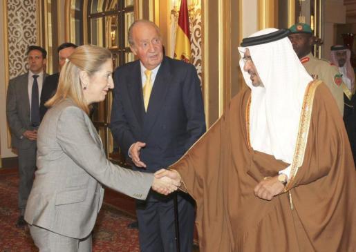 Fotografía facilitada por el Ministerio de Fomento de la ministra Ana Pastor (i) que saluda al príncipe heredero de Bárein, Salman Bin Hamed Al Jalifa (d), en presencia del Rey Juan Carlos.