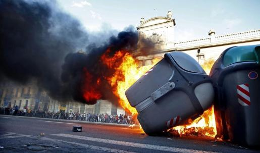Contenedores ardiendo al finalizar una manifestación alternativa convocada esta tarde en Barcelona con motivo del 1 de mayo.