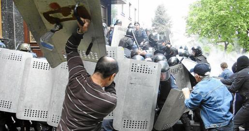 KOV18 DONETSK (UCRANIA), 01/05/2014.- Policías ucranianos intentan repeler el ataque de manifestantes prorrusos a la fiscalía regional de Donetsk tras una manifestación del Primero de Mayo en Donetsk, Ucrania, hoy, jueves 1 de mayo de 2014. Cientos de manifestantes prorrusos asaltaron hoy la fiscalía de la ciudad de Donetsk y lograron desarmar a los policías que la protegían. EFE/Igor Kovalenko