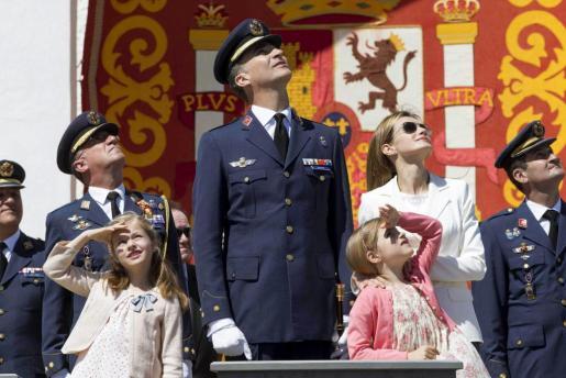 Los Príncipes de Asturias, Felipe y Letizia, junto a sus hijas, las infatas Leonor y Sofía, durante los actos conmemorativos del 25 aniversario de la XLI promoción de tenientes de la Academia General del Aire (AGA), de la que el Príncipe forma parte, hoy en la Academia General del Aire de San Javier.