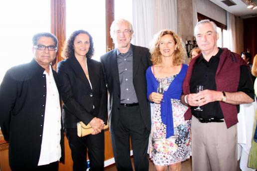 Deepak Chopra, Magdalena Bonnín, Bernd Jogalla, director de Mallorca Magazin; Heidy Stadler y Robert Maunder.