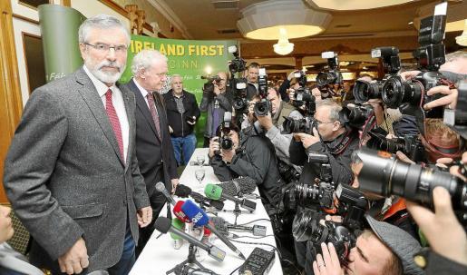 Gerry Adams, momentos antes de iniciar la rueda de prensa tras quedar en libertad después de cuatro días de interrogatorios.