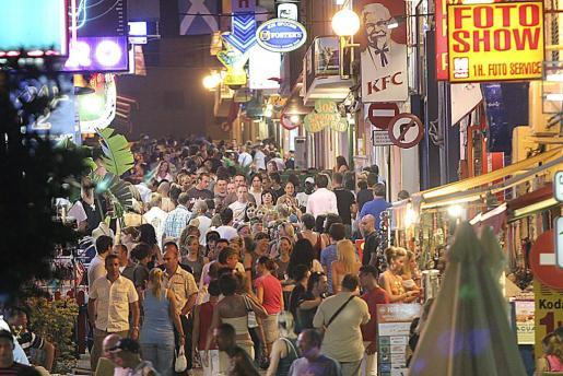 Sant Antoni es una de las zonas preferidas por el turismo joven británico, mientras que las familias optan por el norte, como es Canar.