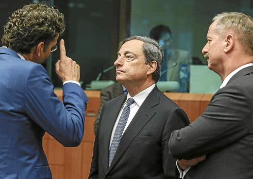 El presidente del BCE, Mario Draghi (c), participó en la reunión de ministros de Finanzas europeos en Bruselas.