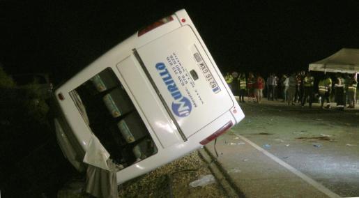 Imagen del autobús volcado.
