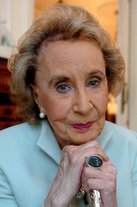 Fotografía de archivo (20/10/05) de la escritora barcelonesa Mercedes Salisachs, considerada la decana de las letras españolas, que falleció anoche en la clínica Teknon de Barcelona a los 97 años.
