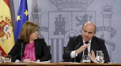 La vicepresidenta del Gobierno, Soraya Sáenz de Santamaría, y el ministro de Economía y Competitividad, Luis de Guindos.