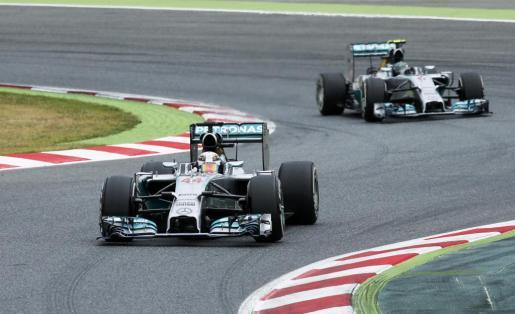 Los pilotos del equipo Mercedes de Fórmula 1 Lewis Hamilton, en primer plano, y Nico Rosberg, en segundo.