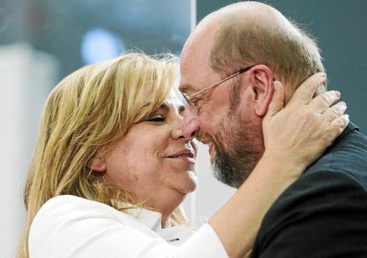 La cabeza de lista del PSOE al Parlamento Europeo, Elena Valenciano, junto al candidato socialdemócrata a la Comisión Europea, Martin Schulz, durante su intervención en el acto de campaña de las elecciones europeas.