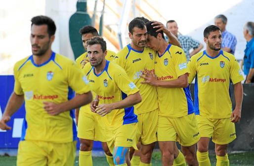 Los jugadores del Atlètic Balears felicitan a Pedro Capó tras el tanto que le dio la victoria a los hombres de Nico López ante el Ontinyent, ayer, en El Clariano.