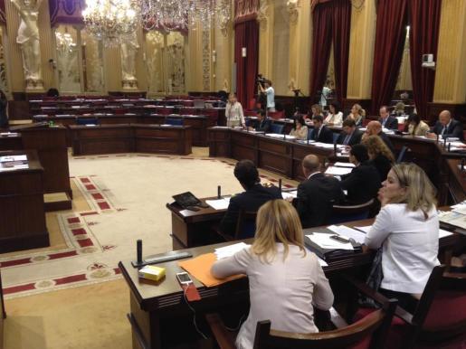Los escaños de la oposición vacíos mientras los populares realizaban las preguntas parlamentarias.