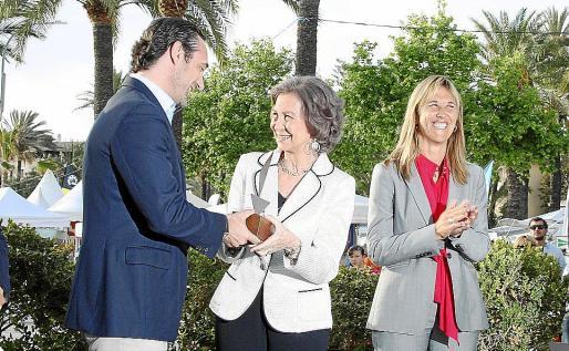 La reina doña Sofía recoge el Premio Marcial Sánchez Barcaiztegui de manos del president Bauzá y en presencia de Teresa Palmer, delegada del Gobierno.