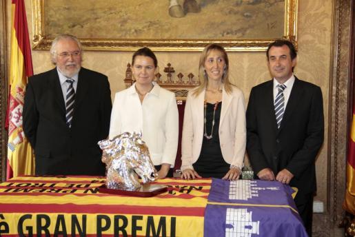 Momento de la presentación del Gran Premio Nacional de Trote. De izquierda a derecha, el presidente de la FBT, Joan Llabata; la presidenta Maria Salom, la consellera Catalina Soler y el presidente del IEHM, Nicolau Gòmez.
