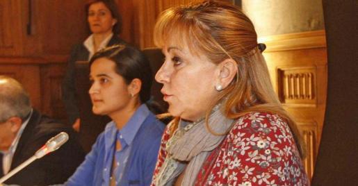 Monserrat Triana Martínez (izquierda), la joven detenida con su madre por el crimen de León, junto a Isabel Carrasco en 2010.