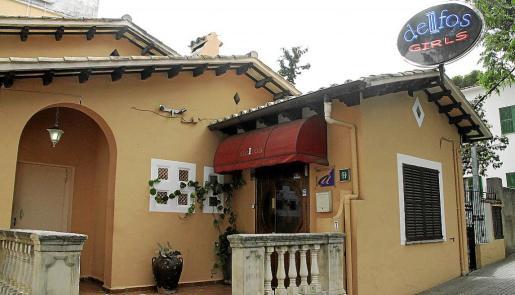 El propietario del club Delfos fue apuñalado por un cliente habitual del burdel.