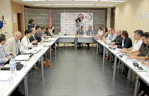 La patronal y los sindicatos se reunieron ayer en la sede de UGT.
