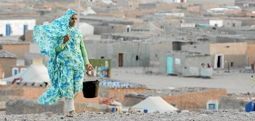 EFE - ARGELIA REFUGIADOS - POL - REFUGEES - MOH06 TINDUF (ARGELIA) 20.05.08.- Una mujer del oeste del Sáhara camina por un campo de refugiados en Tinduf, al suroeste del desierto de Argelia, a aproximadamente 1.900 kilómetros al suroeste de Argel, Argelia, el pasado domingo 18 de mayo. El Frente Polisario ha dirigido una guerra de guerrillas y muchos saharauis han tenido que huir y refugiarse en campamentos de Argelia. El Polisario, que se formó hace 35 años, es un movimiento rebelde saharaui que lucha