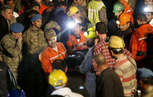 Miembros del equipo de rescate trasladan a un minero muerto tras la explosión registrada en una mina de carbón cerca a Soma.